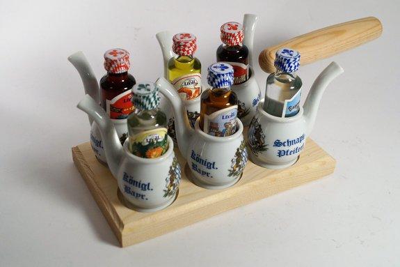 Schnapsbrettl ( Maurerkelle ), mit 6 Schnapspfeifen und 6 Schnäpsen