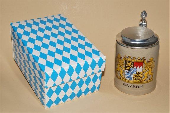 Bierkrug Stein mit Zinndeckel, Größe 0,25 liter, verschiedene Bayernwappen, im Geschenkkarton.